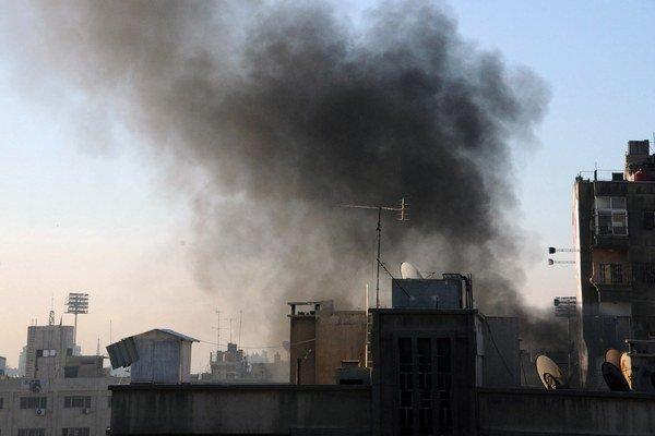 Stúpajúci dym po zásahu rakety v meste Damask.