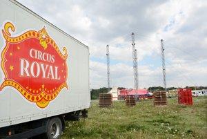 Taliansky cirkus. Včera rozkladali šapitó.