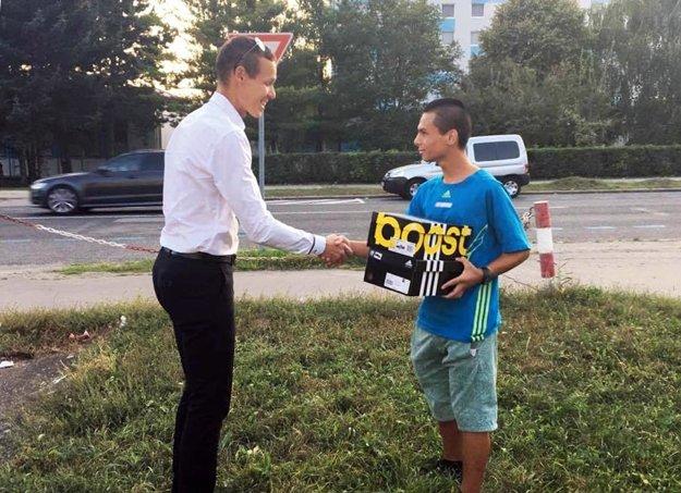 Olympijský šampión z Ria Matej Tóth venoval Danielovi Kováčovi tenisky a športové oblečenie.
