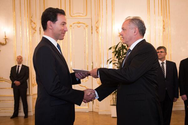 Prezident SR Andrej Kiska (vpravo) a mimoriadny splnomocnený veľvyslanec Spojených štátov amerických v SR so sídlom v Bratislave Adam H. Sterling.