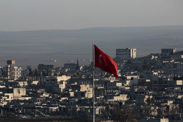 Pohľad na zničené Kobani z tureckej hranice.