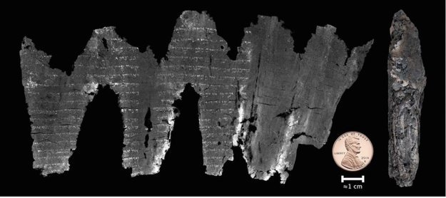 Spálený zvitok z Ejn Gedi (napravo), ktorý sa vedcom podarilo digitálne rozvinúť (naľavo).