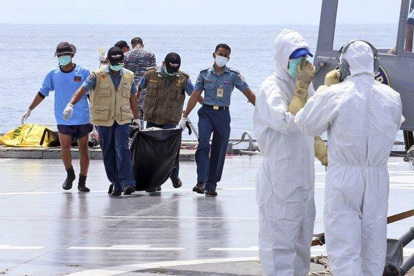Záchranári vylovili ďalšie štyri telá obetí nešťastia havarovaného lietadla AirAsia.