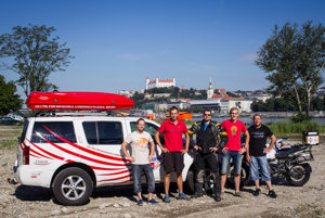 Celá expedícia pred odchodom v Bratislave.