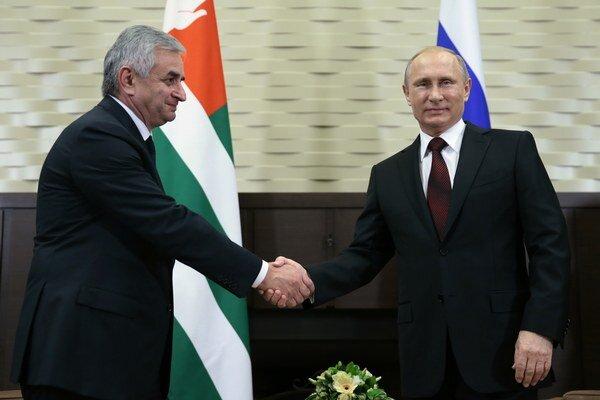 Prezident Abcházska Raul Chadžimba (vľavo) a ruský prezident Vladimir Putin.