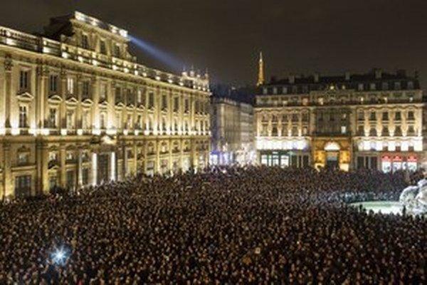 Tisícky ľudí sa zhromaždili vo francúzskom Lyone, aby si uctili obete masakry v redakcii Charlie Hebdo.