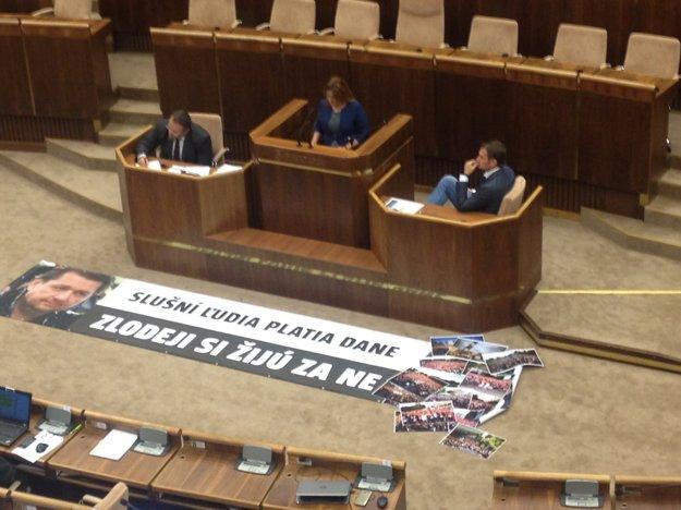 Igor Matovič opäť v parlamente rozvinul transparent.
