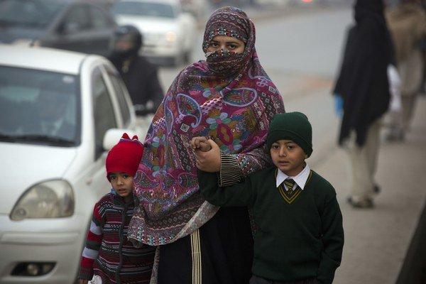 Matka doprevádza deti do štátnej vojenskej školy v Pešávare.