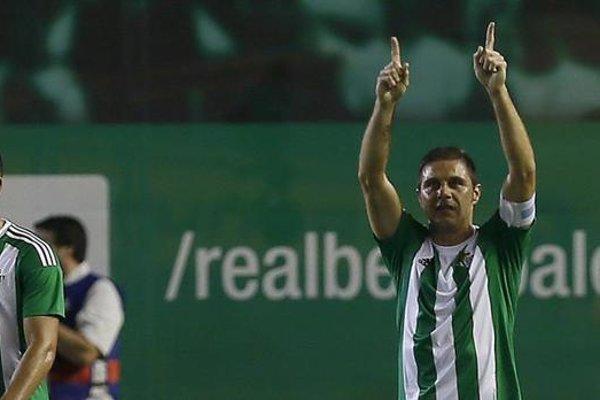 Betis vyhral gólom Joaquina (vpravo).