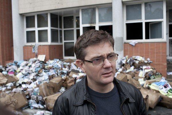 V roku 2011 magazínu úplne zničili redakciu. Charbonnier prežil posledné roky pod policajnou ochranou. Pri útoku islamistov mu nepomohla.