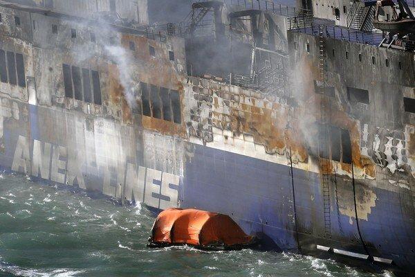 Požiarom zničený trajekt.
