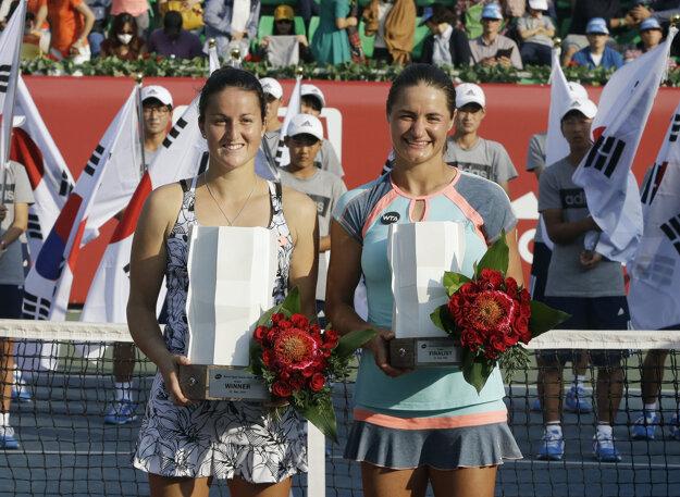Lara Arruabarrenová-Vecinová (vľavo) pózuje s porazenou finalistkou Monicou Niculescuovou.
