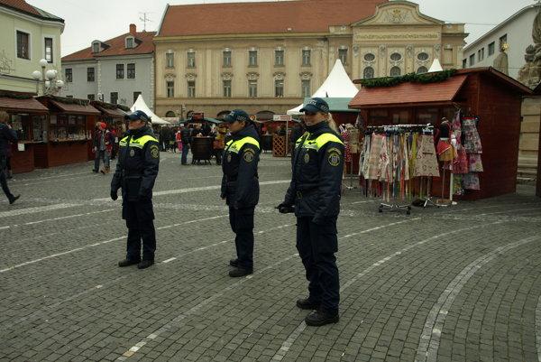Mestské policajtky v akcii. Vianočné trhy neustále strážia. Okrem nich aj kamery.