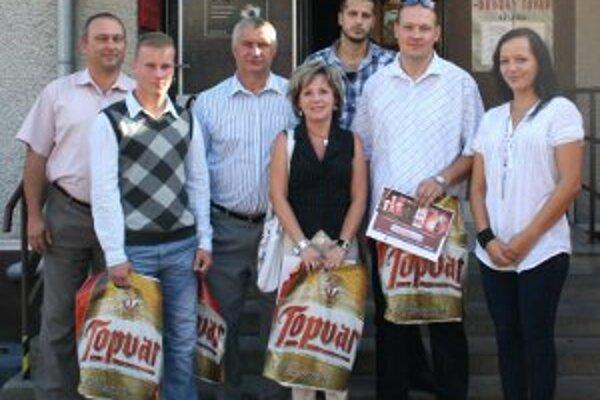 Branislavovi Krpelanovi (druhý zprava) prišli cenu odovzdať zástupcovia Topvaru a My Hornonitrianskych novín.