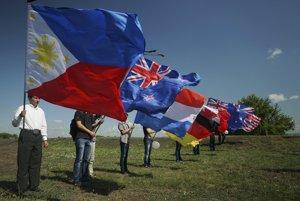 Vlajky krajín, z ktorých pochádzali obete tragédie letu MH17.