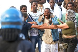 Polícia s použitím sily presunula časť afrických utečencov z taliansko-francúzskych hraníc.