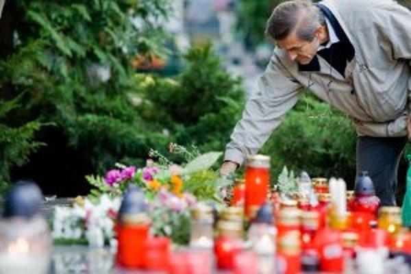 Cintoríny budú opäť plné kvetov, sviečok a kahancov.