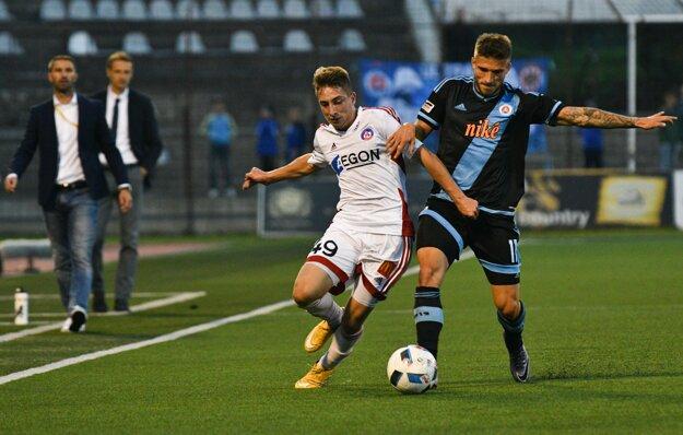 Milan Kvocera z AS Trenčín (vľavo) a Filip Oršula z ŠK Slovana Bratislava.