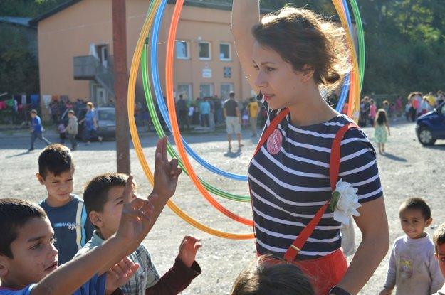 Katarína Akáčová bola obliehaná deťmi aj v osade.
