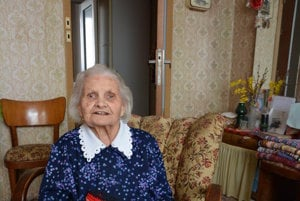 Irena Hajduková má 97 rokov. Na dôchodku začala háčkovať koberčeky arobí ich už 35 rokov.