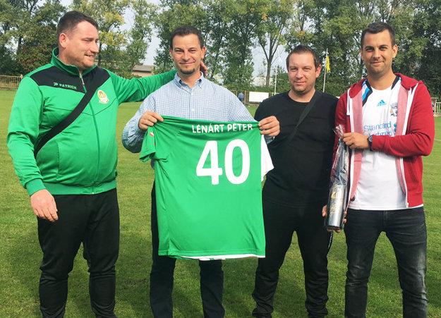 V Horných Salibách v nedeľu gratulovali k40-tke bývalému hráčovi Petrovi Lénártovi. Vsúčasnosti je technickým riaditeľom klubu.
