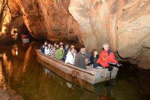 Domica meria 5 358 m, pre verejnosť je sprístupnený okruh dlhý 1 315 m. Nezabudnuteľný zážitok ponúka plavba po podzemnej riečke Styx s dĺžkou 140 m.