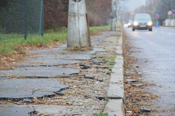 Chodník na Karpatskej ulici je v dezolátnom stave.