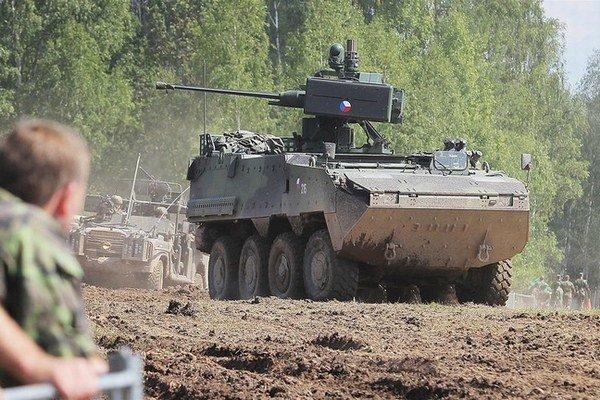 Rakúske obrnené vozidlo pandur vo farbách českej armády.