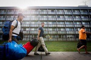 Migranti prichádzajúci do Gabčíkova.