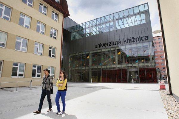 Pred šiestimi rokmi mali univerzity v Trenčíne, Trnave či v  Banskej Bystrici problémy s akreditáciou.