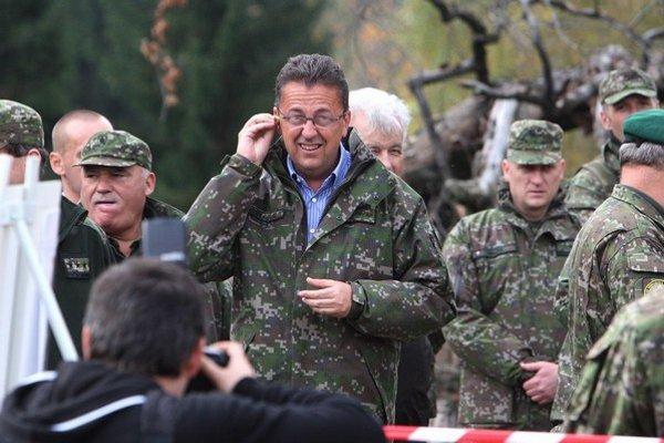 Minister Martin Glváč a nová dubnická húfnica Eva. Štát by sa mal postarať, aby sa dobre predávala.