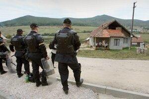 Pri policajnom zákroku v rómskej osade utrpeli v nedeľu večer  policajti rôzne zranenia.