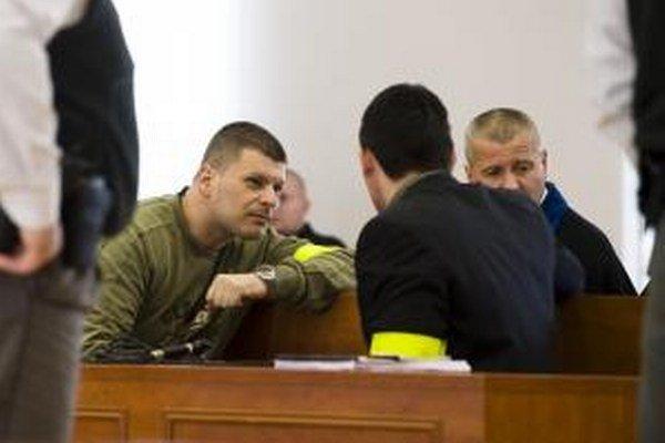 Miroslav Š. (vľavo) na pojednávaní Špeciálneho súdu.