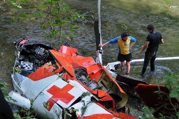 Vrtuľník sa zachytil o elektrické vedenie a spadol do Hornádu.