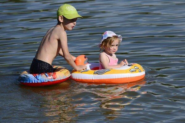 Dôvodom je premnoženie cyanobaktérií. Zhoršená mikrobiologická kvalita vody sa zistila tiež na lokalite Tajch v okrese Žarnovica.