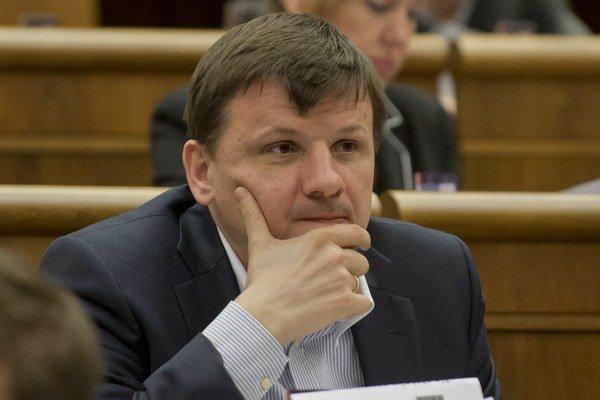 Podľa poslanca Alojza Hlinu ide o zle pripravený návrh zákona. V rámci vyvlastňovania pozemkov môžu hroziť podľa neho arbitráže.