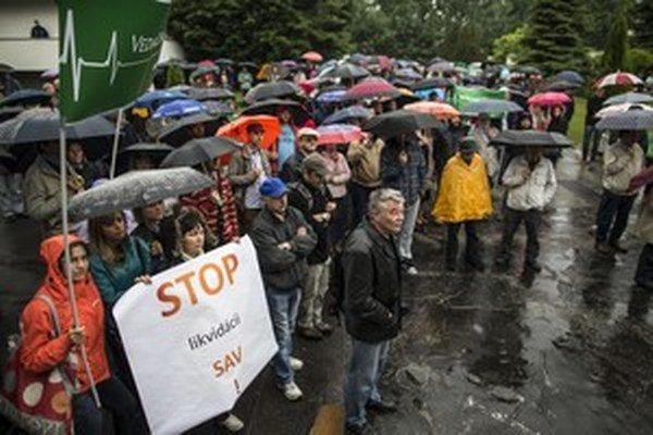 Na protestných zhromaždeniach v Bratislave a Košiciach pracovníci akadémie odmietli zmeny v zákone. Predseda Pavol Šajgalík hovorí, že veľkým problémom, ak nestihnú termín transformácie ústavov, bude aj čerpať európske peniaze.