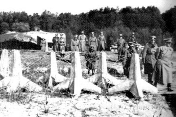 Opevnenia v Petržalke (Engerau) si 25. októbra 1938 osobne prezrel vodca tretej ríše Adolf Hitler.
