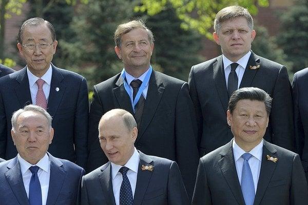 Premiér Fico na spoločnej fotografii politikov po vojenskej prehliadke.