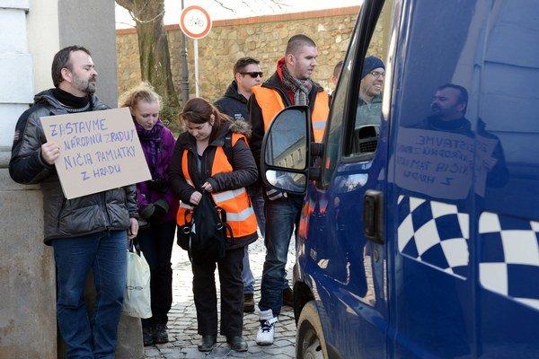 Aktivisti zablokovali vstup autám.