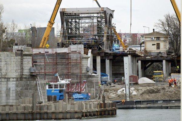 Most, po ktorom sa malo pôvodne chodiť už v auguste, sa ešte ani nezačal posúvať nad rieku.