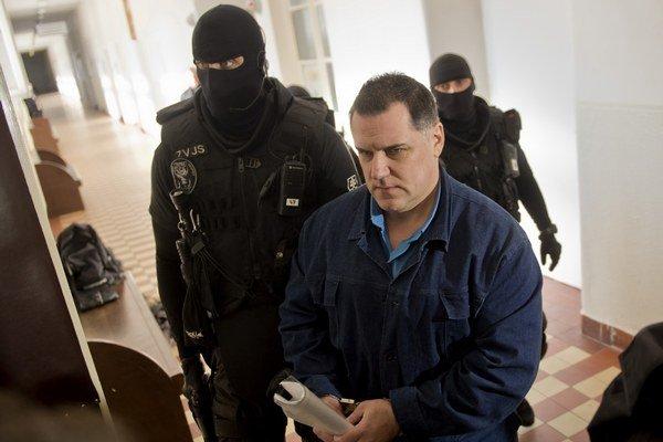 Mikuláš Černák prichádza na súdne pojednávanie.