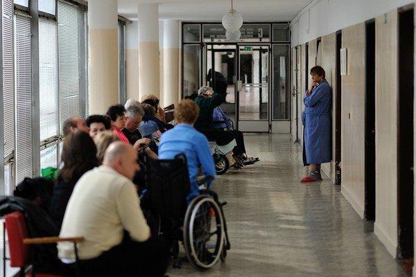 Zrušenie poplatku za prednostné vyšetrenie v parlamente navrhol poslanec a župan Žilinského kraja Juraj Blanár zo Smeru.