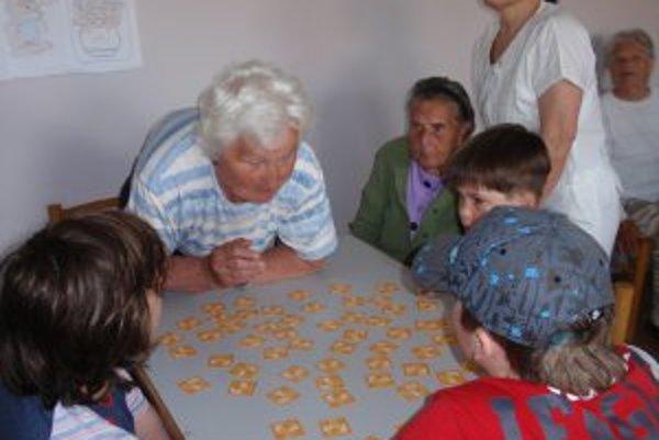 Najstaršia a najmladšia generácia sa stretla pri hre.