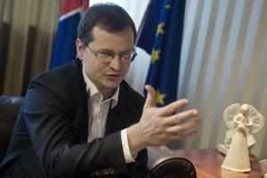 Juraj Draxler (39) je bývalý výskumník a novinár. Študoval v zahraničí, pracoval ako výskumník v Centre for European Policy Studies, bol pedagógomna University of New York v Prahe a na Angloamerickej univerzite v Prahe. Bol aj novinárom agentúry Reuters