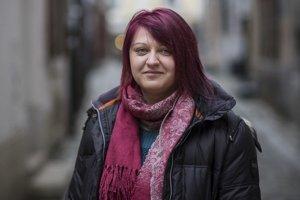 Jana Jablonická-Zezulová (1978) vyštudovala filozofiu a históriu na Filozofickej fakulte UK v Bratislave. Pôsobila v Centre rodových štúdií na fakulte, neskôr začala pracovať v mimovládnom sektore v problematike rodovej rovnosti a práv LGBTI ľudí. P