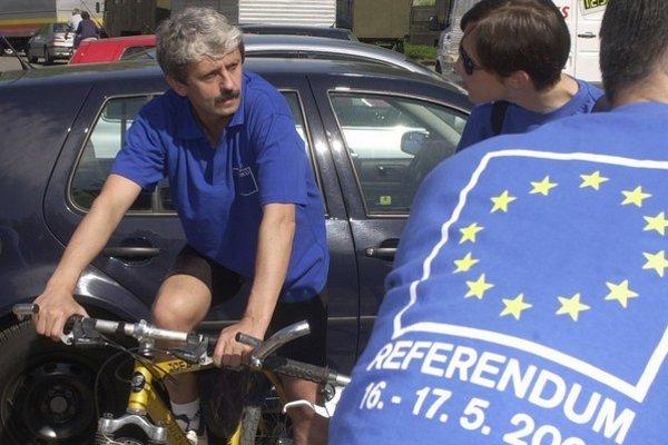 Premiér a predseda SDKÚ Mikuláš Dzurinda propagoval referendum o vstupe Slovenska do NATO aj na bicykli.