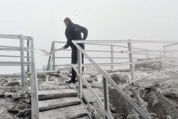 Prvý sneh na Lomnickom štíte. Teraz je ho už podstatne viac.