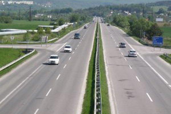 Na štvorprúdovke medzi Prievidzou a Novákmi platí už roky deväťdesiatka.