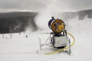 Prvý sneh býva často umelý. Na inom sa na Slovensku tento rok zatiaľ nelyžuje.
